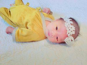 未熟児のための服を着た赤ちゃん