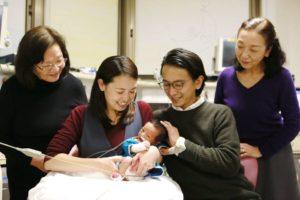 低出生体重児のNICU面会|お洋服を着た男の子赤ちゃん