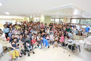 神奈川県立こども医療センターNICUの豊島先生と患者家族