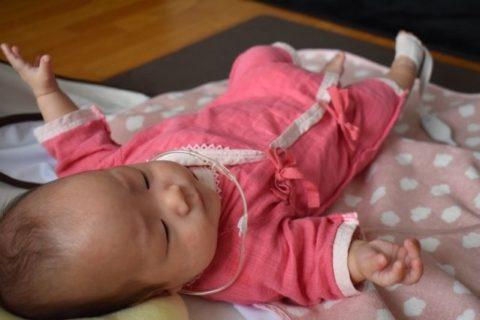 低出生体重児(未熟児)赤ちゃんが服を着て退院