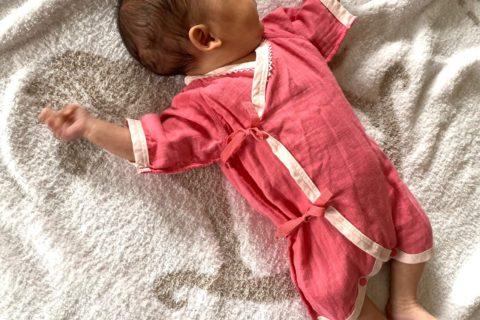 早産で生まれた低出生体重児の赤ちゃん