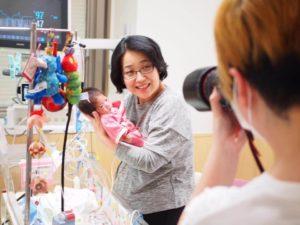 低出生体重児(未熟児)の肌着を着た赤ちゃんの撮影