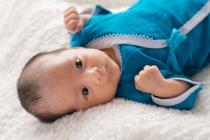 新生児サイズのコンビ肌着を着たかわいい赤ちゃん