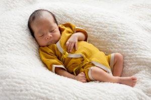 小さな肌着を着た未熟児赤ちゃん